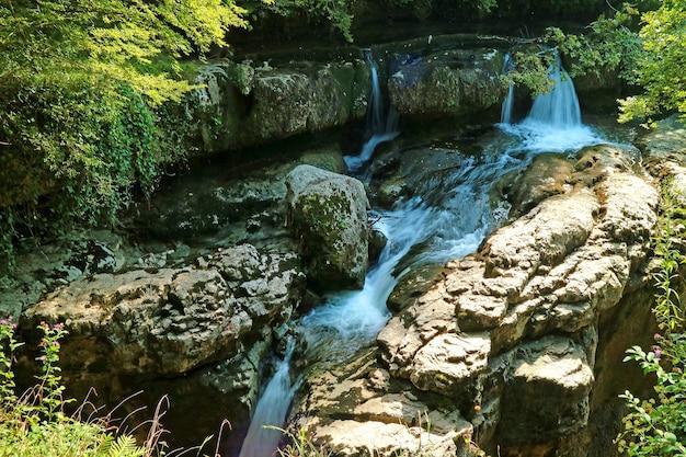 Водопады и ручей в каньоне мартвили, национальный парк недалеко от кутаиси, регион мегрелия, грузия
