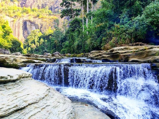 美しい山の滝