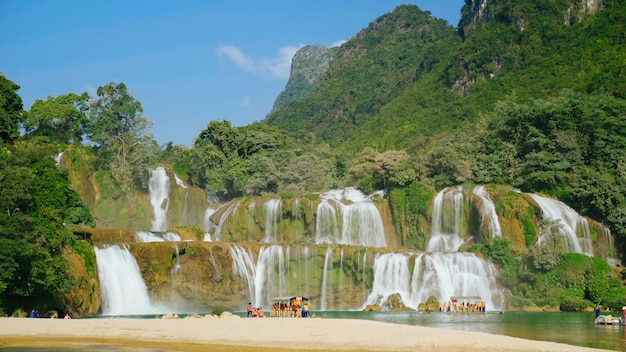 Водопады в виде ступеней курорт место отдыха лето