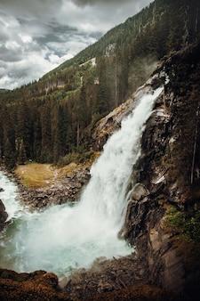 森の真ん中にある滝