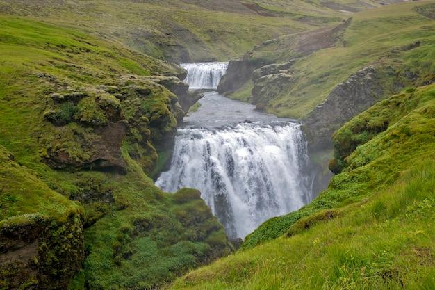 Skoda 강의 폭포. 아이슬란드. 멋진 자연 경관 프리미엄 사진