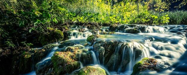 クロアチア、プリトヴィツェ国立公園の日差しの中での滝