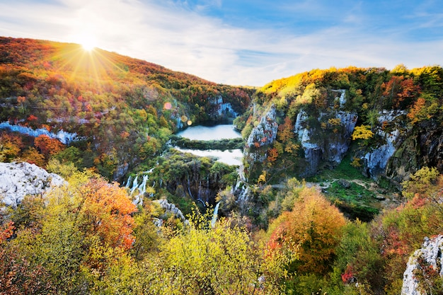 플리트 비체 국립 공원의 햇살이 내리 쬐는 폭포