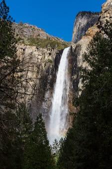 カリフォルニア州ヨセミテ国立公園の滝