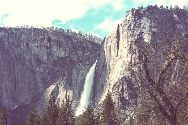 Водопады в национальном парке йосемити, калифорния