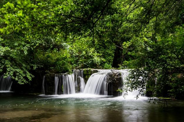 Водопады монте-джелато в валье-дель-треха недалеко от маццано романо, лацио, италия Premium Фотографии