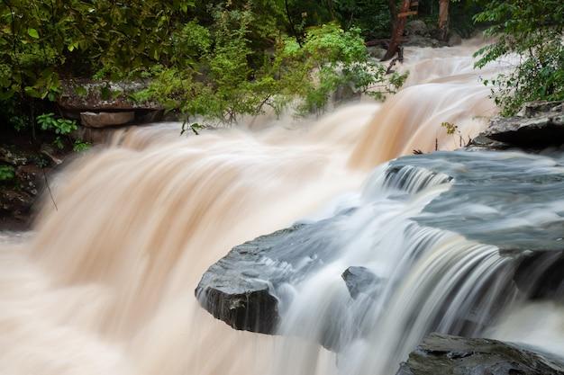 계류의 폭포, 폭포 위의 매끄러운 물.