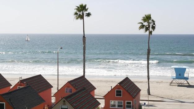 ウォーターフロントのコテージ、米国カリフォルニア州オーシャンサイド。バンガローの小屋、ビーチ、海、ヤシの木の別荘