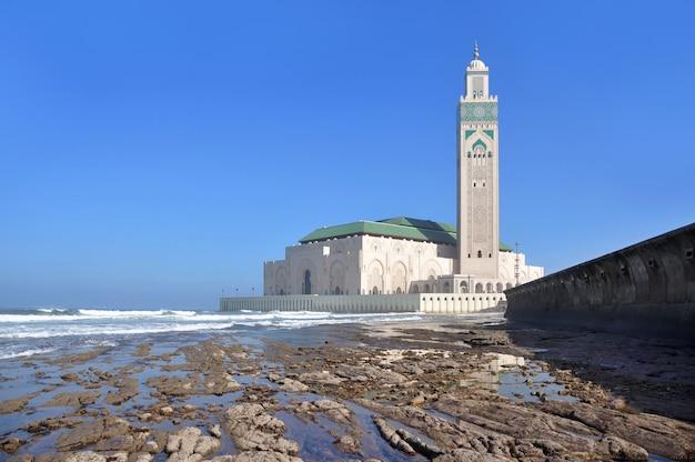 干潮時のカサブランカのウォーターフロントとモロッコのハッサン2世モスクの眺め。