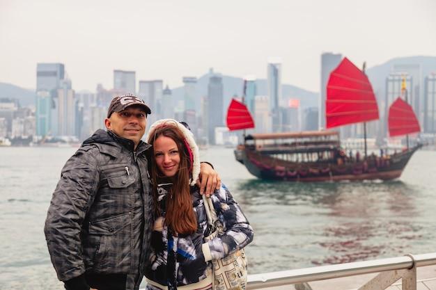 거대 도시의 홍콩 섬에 있는 해안가. 명소와 전망이 있는 큰 아시아 도시의 관광지. 제방의 도시 풍경입니다.