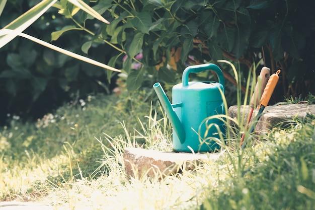 庭のじょうろ、日没時の庭の水やり