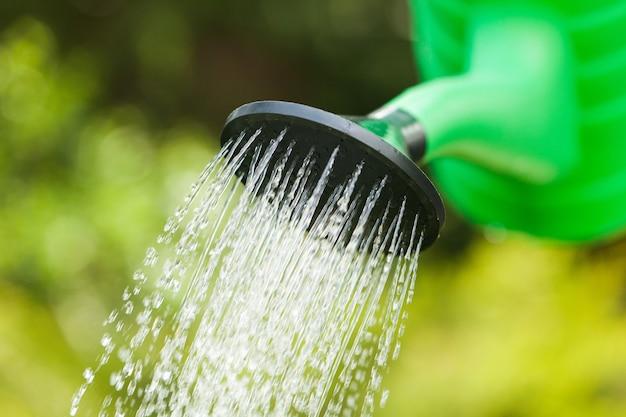 야외 물 냄비와 물을 녹색 정원