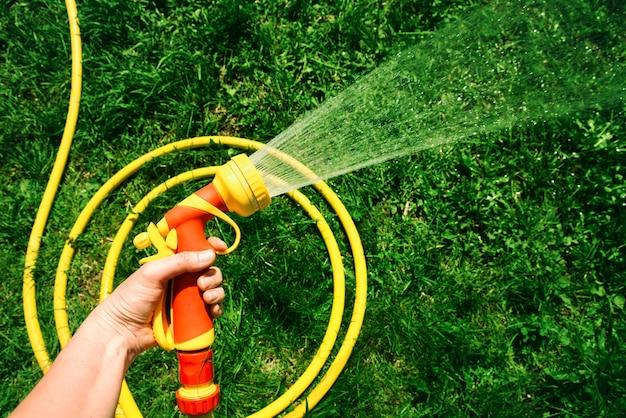 손에 물을 튀기기 위한 노즐이 있는 급수 호스