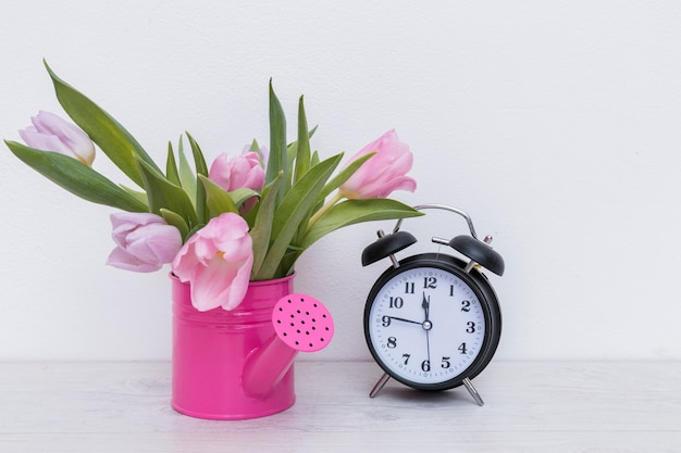 花と時計が付いている湯沸かしポット
