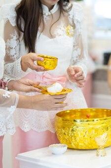 アートワークデザインのためのコンクタイ伝統的な結婚式のアジア文化に水をまく