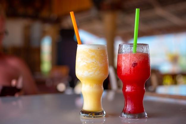 여름날에는 빨대가 든 유리잔에 수박과 파인애플 스무디, 청량 음료