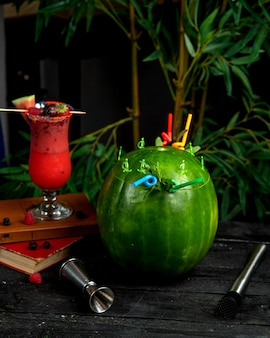 Арбузный коктейль в арбузной кожуре с соломкой