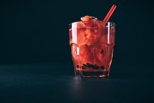 ミントと赤いガラスのストローでスイカカクテル