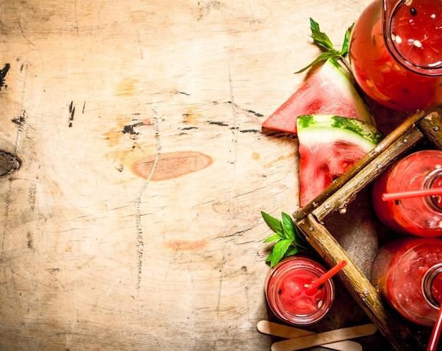 木製のテーブルにパルプとスイカジュース。