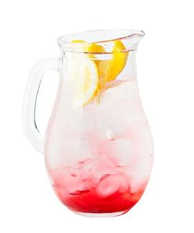 Напиток из арбуза и лимонада со льдом и апельсином. кувшин лимонада