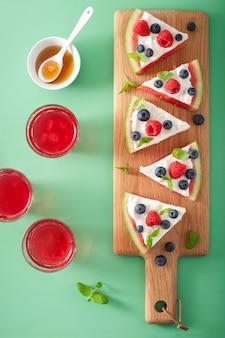 ヨーグルトとベリーのスイカのピザスライス