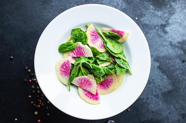 수박 무 신선한 샐러드 중국 무 슬라이스 케토 또는 팔 레오 다이어트