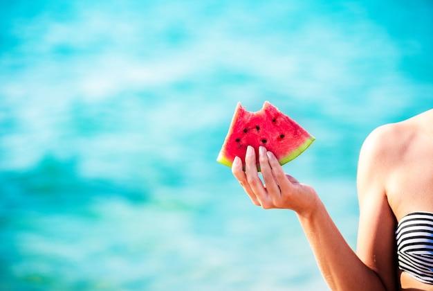 수박 슬라이스 여자 손으로 바다 빛-점수보기