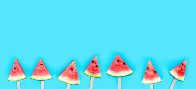 Фруктовое мороженое ломтик арбуза на синем фоне
