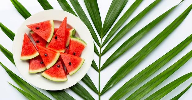 白地に熱帯のヤシの葉に白い皿にスイカのスライス