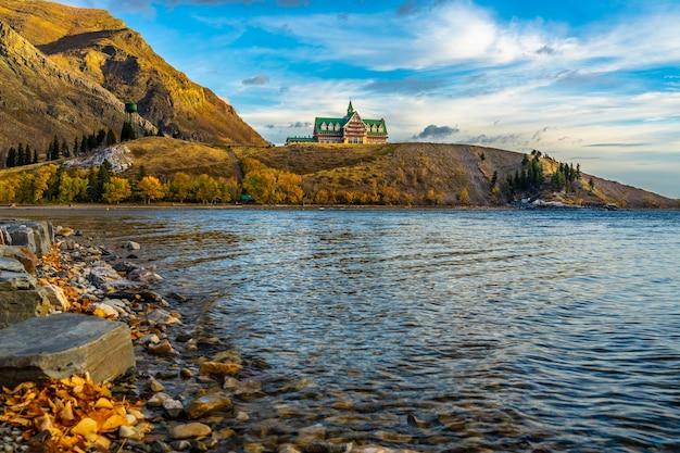 Берег озера национального парка уотертон-лейкс в утре сезона листвы осени. достопримечательности в альберте, канада.
