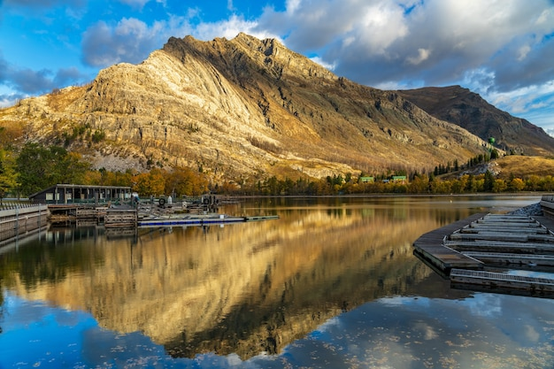 가을 아침의 워터 튼 해안선 크루즈, 국제 평화 공원 에메랄드 베이. waterton lakes national park, alberta, canada.