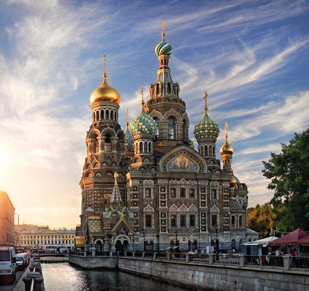 Волна красивые облака на голубом закатном небе над храмом спаса на крови в санкт-петербурге