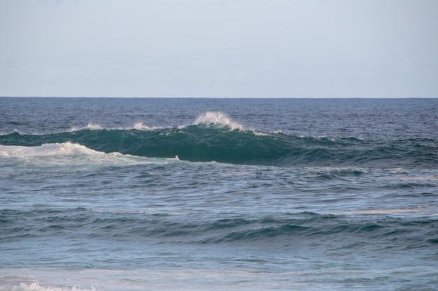 Волна разбивается о третью плиту пляжа арпоадора в рио-де-жанейро.