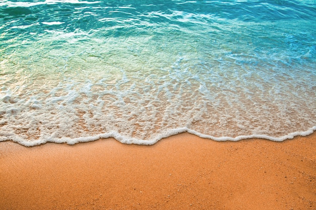 Волна синего океана на песчаном пляже. фон.