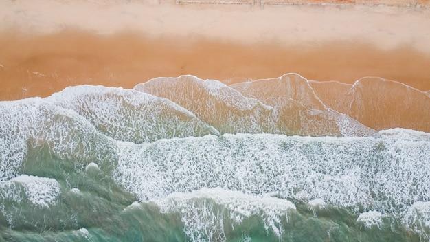 Волна моря на песчаном пляже