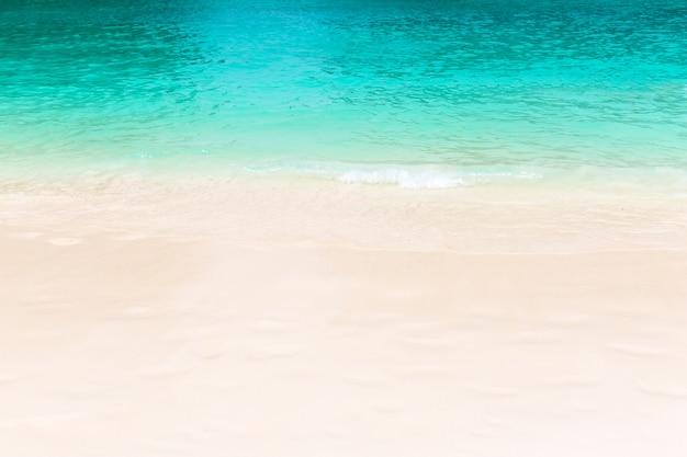 모래 해변에 바다의 물결