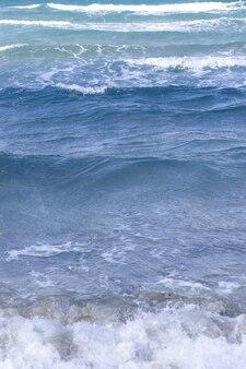 해변에서 파도. 세스메 - 터키