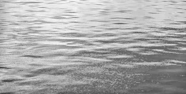 Волновой узор фоновые волны на поверхности воды. вид на поверхность пресной или морской воды. рябь auqa абстрактные фоны моря или океанской волны. аква текстурированная концепция обоев. скопируйте место для сайта
