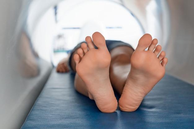 Волновая терапия. магнитное поле, реабилитация. женщина использует систему магнитотерапии.