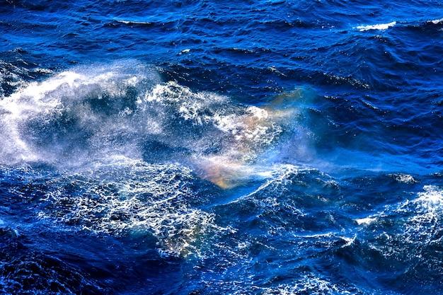 北海の表面の波と泡