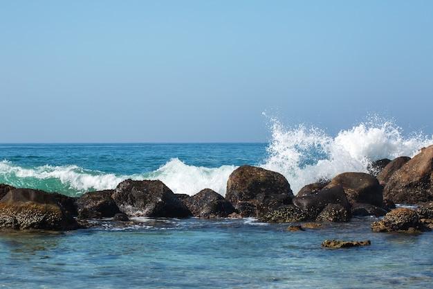 石に打ち寄せる波