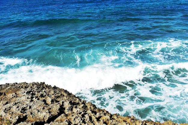 波が岩にぶつかっています。大西洋