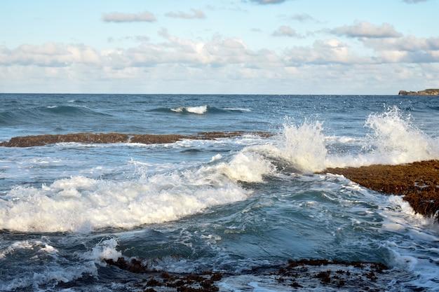 파도가 바위를 치고 있습니다. 대서양