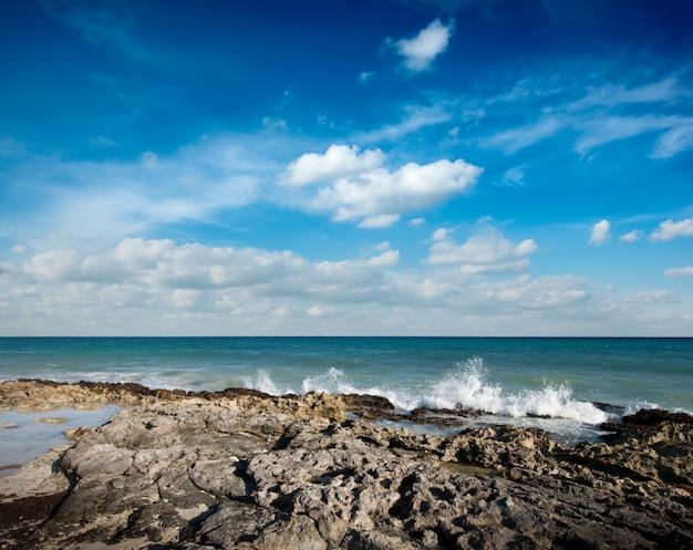 Волны разбиваются о скалистое побережье