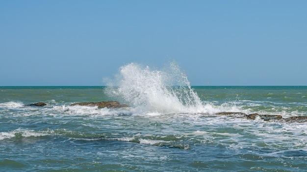 해안 암초에 부서지는 파도, 큰 물보라