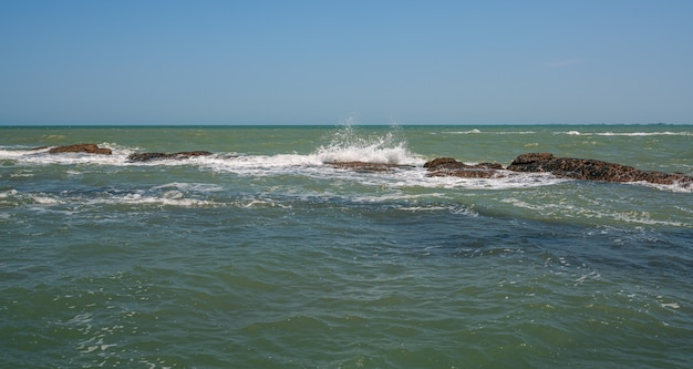 해안 암초에 부서지는 파도
