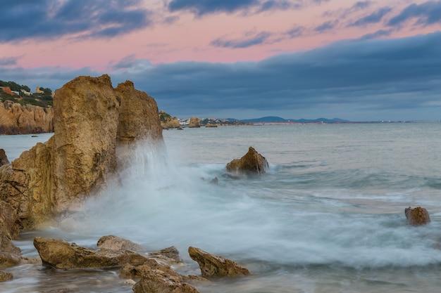 岩に打ち寄せる波。アルブフェイラビーチリフス。