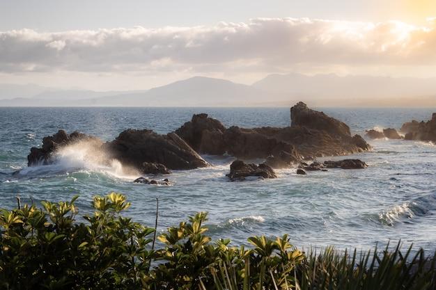 Волны разбиваются о скалы в средиземном море