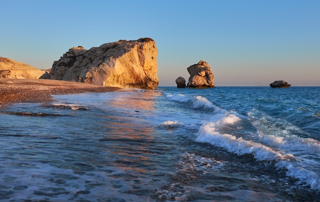 Волны разбиваются о скалы