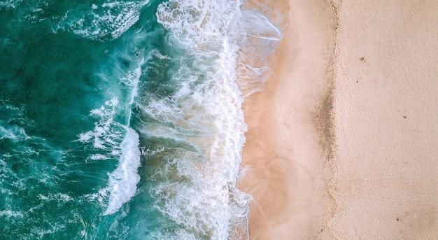 岸に打ち寄せる波